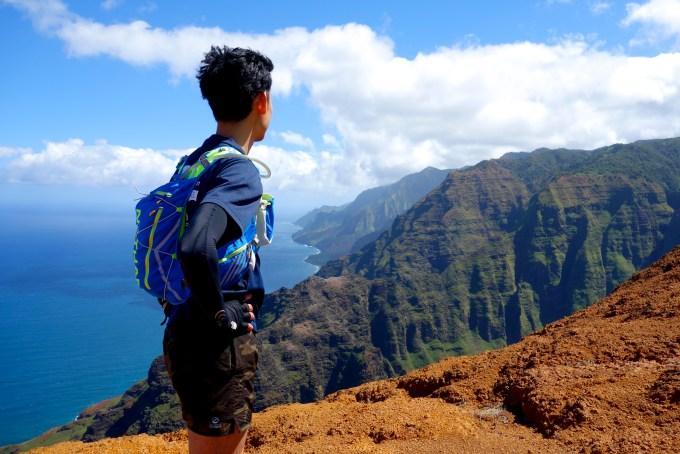 ハワイカウアイ島ヌアロロトレイルトレッキング眼下にナパリコーストを望む