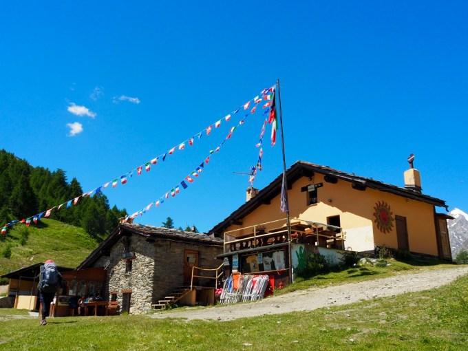 フランス・シャモニー側の小屋とは異なり、牧歌的な雰囲気が感じられる小屋だ