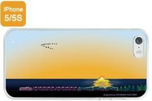 夕日が沈む海を行く貨物列車