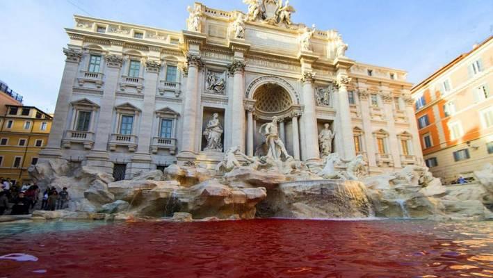 Roma – Un toque de color para la famosa Fontana