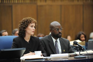"""THE PEOPLE v. O.J. SIMPSON: AMERICAN CRIME STORY """"Marcia, Marcia, Marcia"""" Episode 106 (Airs Tuesday, March 8, 10:00 pm/ep) -- Pictured: (l-r) Sarah Paulson a Marcia Clark, Sterling K. Brown as Christopher Darden. CR: Ray Mickshaw/FX"""