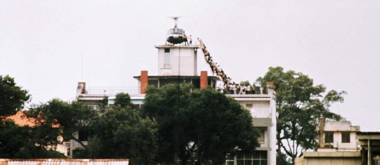 En av de sista helikoptrarna med flyende på USA:s ambassad i Saigon