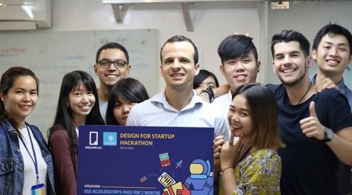 Memeapp team bên cạnh giải thưởng cho một cuộc thi về Start-up