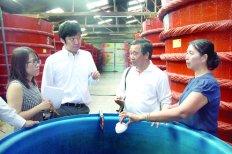 Ông Sasaki Shingo (bên trái) tìm hiểu quy trình làm nước mắm Phú Quốc ở nhà thùng Khải Hoàn. ảnh:Tấn Đức