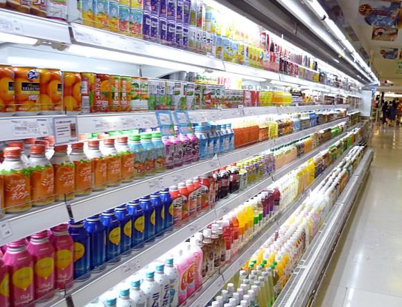 En hylle med en väldig massa olika drycker i ett matvaruhus