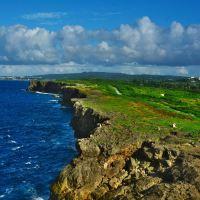 「残波岬(ザンパミサキ)」~岬の灯台の上からは断崖絶壁がひたすら続く絶景が。。。