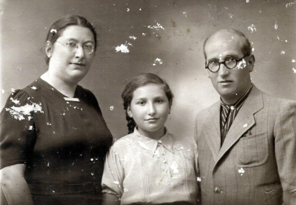 Сарра Шпитальник со своими родителями, Бейлой и Шломо Молчанскими (1937)