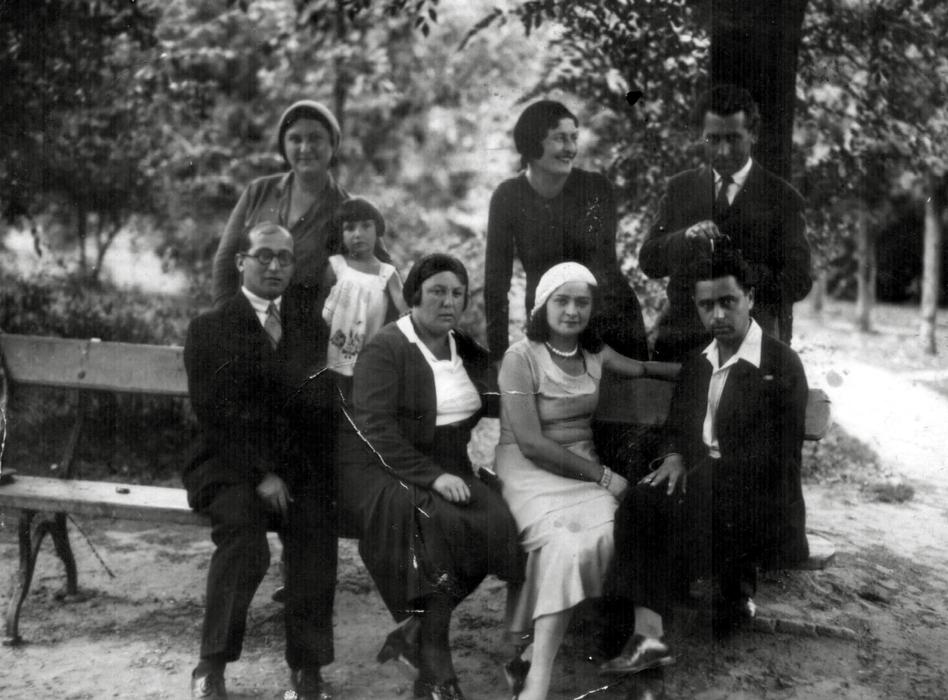 Сарра Шпитальник с родителями и их друзьями (1930)