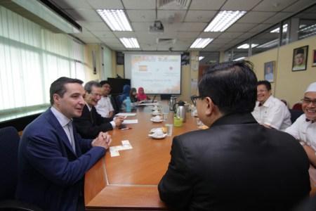 Juan Manuel Corchado con representantes de la UTM.
