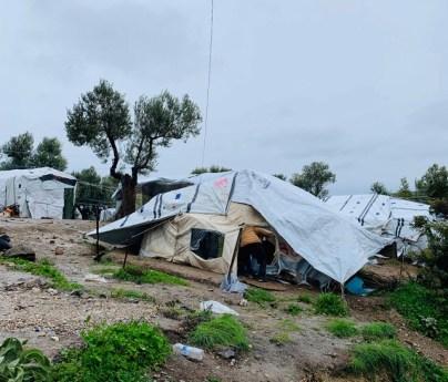 MORIA: Disse teltene bak piggtråden på Moria tilbyr lite vern mot regn og kulde. Foto: Marco Nardelli