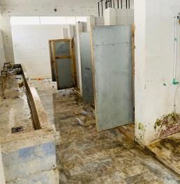 PÅ BADET. Fasilitetene som tilbys flyktningene i Moria-leiren er under enhver kritikk. Her et kikk på badet. Foto: Marco Nardelli