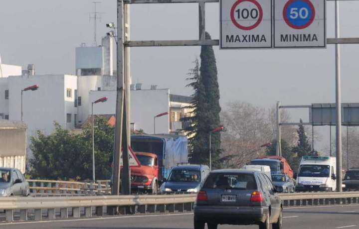 autopista cartelería velocidad autos fotomultas