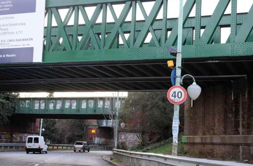 velocidad carteles puentes calle tránsito