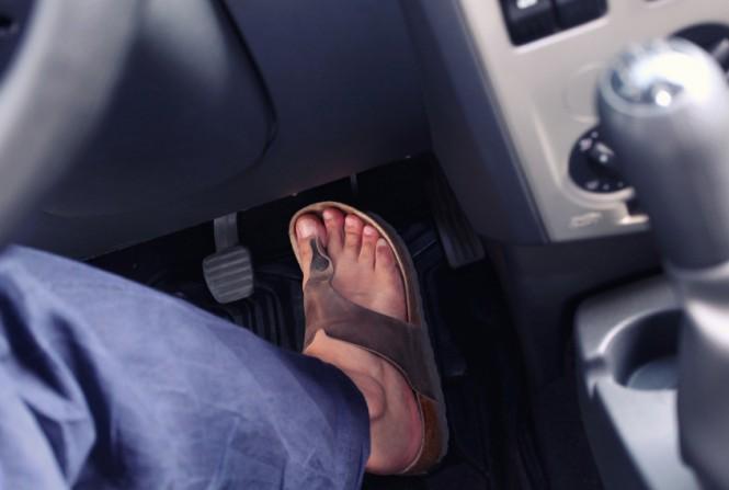 conducir-calzado-ojotas
