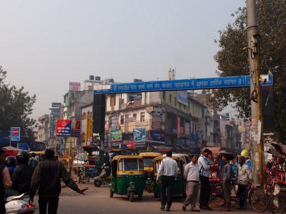 写真2 これぞインドと言わんばかりの人、車、動物で溢れかえるデリー駅前
