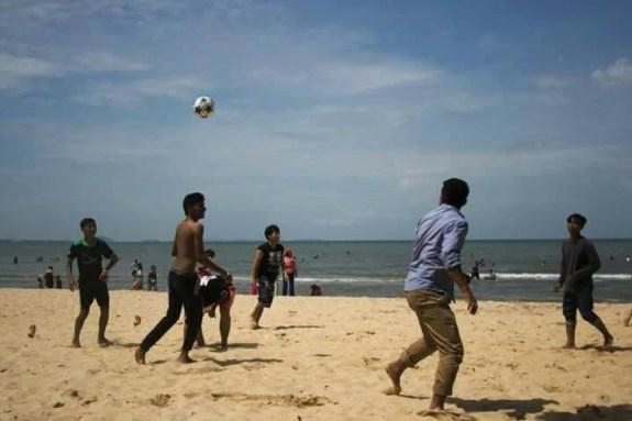 Worldexchange主催のイベントで2週間滞在していたメンバーとビーチでサッカー
