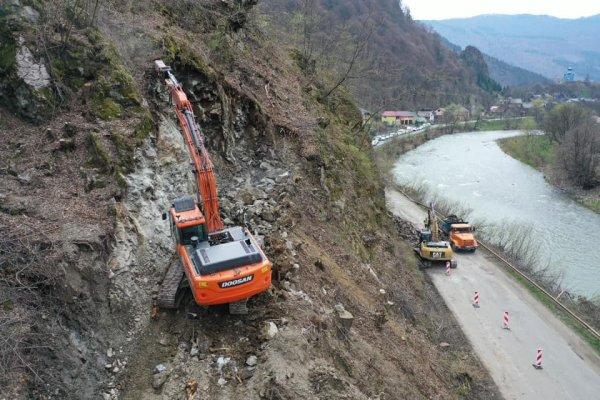 На Рахівщині розбирають скелю (Фото) » Новини Закарпаття