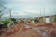 Eine typische Straße in Parque Oziel. Trocken gut zu passieren, aber sobald es regnet ...