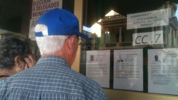 Voters read the biography of Hildebrand Chaviano and the other candidates (14ymedio)