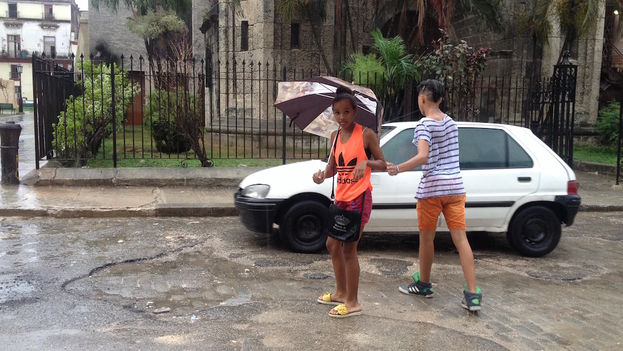 Two teenagers in the rain (14ymedio)