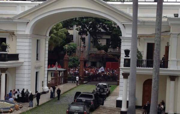 Grupos violentos intentaron ingresar al Palacio Legislativo