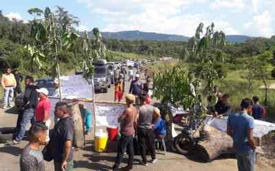 Por comida, medicinas y contra el hostigamiento pemones cierran el paso hacia la frontera con Brasil
