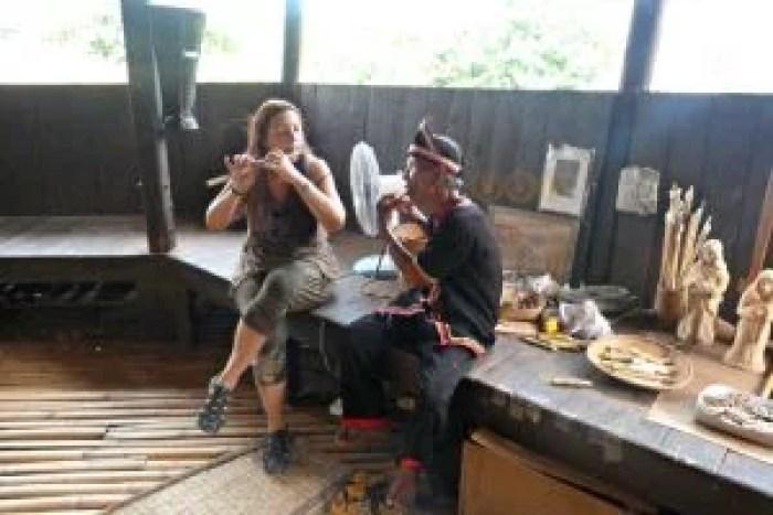 Podéis probar a tocar la flauta Bidayuh en el Sarawak Cultural Village