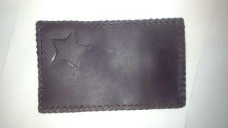 frontal cartera con estrella repujada.