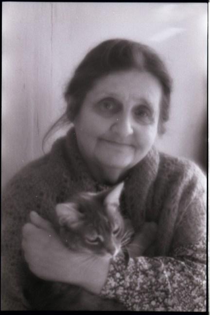 С кошкой Мурочкой. Чистый переулок, 2000-е. Фото С. Лагуткина