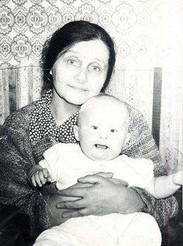 С внучкой Лизой. Вильнюс, ул. Пшевальскё, 1983. Фото С.А.Шутова