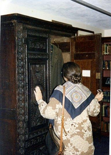 В архиве К.С.Льюиса у его шкафа. Уитон-колледж, Иллинойс, США, 1996