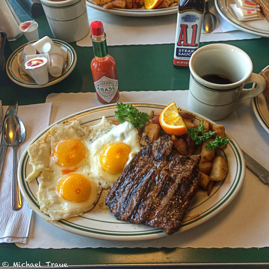 6oz Sirloin Steak & 3 country fresh eggs, grilled potatoes, toast & jelly ... 10,95 $