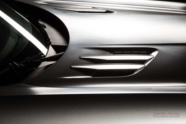 MERCEDES-BENZ SLS AMG, Studioaufnahme, Detail Motorhaube, Lufteinlässe, Kiemen. Automobilfotograf: Stephan Hensel, Hamburg