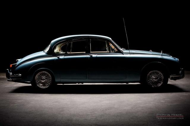 Daimler 250 V8 Saloon, Seitenansicht, bei Stephan Hensel im Autostudio in Hamburg, Oldtimerfotografie