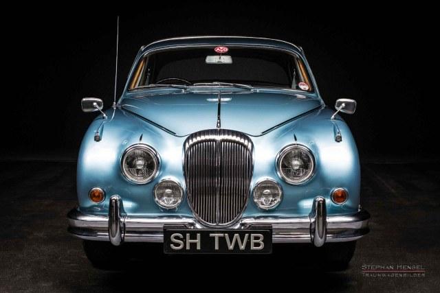 Daimler 250 V8 Frontalansicht, Seitenansicht, bei Stephan Hensel im Autostudio in Hamburg, Oldtimerfotografie