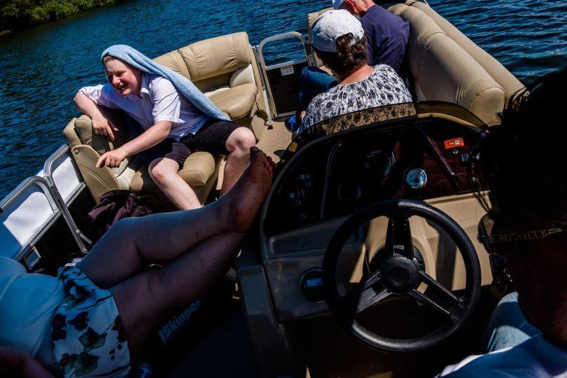 gäste bei freie trauung bei hochzeit in hamburg auf dove elbe bei bergedorf auf dem boot mit traurednerin trautante friederike delong festgehalten von steven herrschaft
