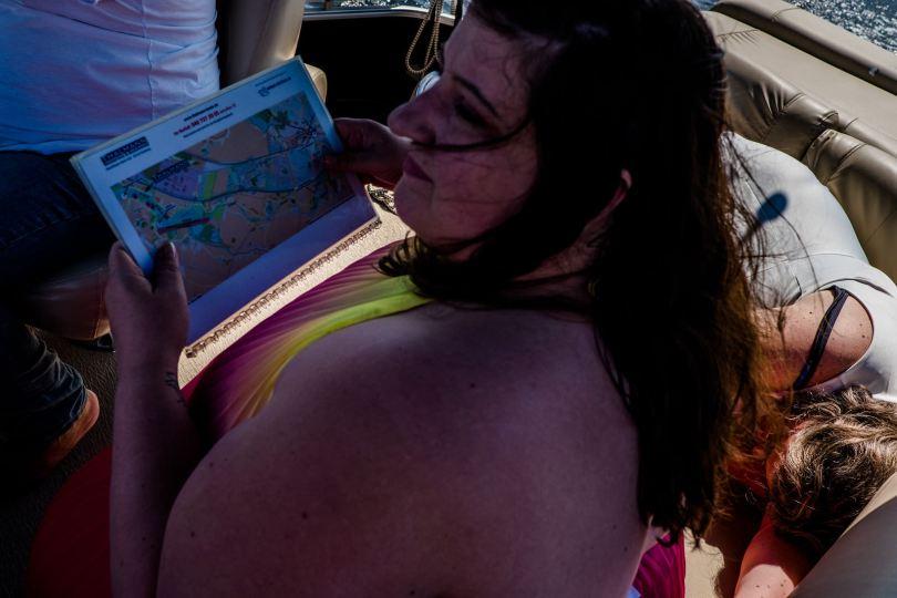 seekarte lesen bei freie trauung bei hochzeit in hamburg auf dove elbe bei bergedorf auf dem boot mit traurednerin trautante friederike delong festgehalten von steven herrschaft