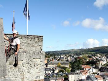 Fabrice Poueyto en rappel sur la muraille. / Photo S.C.