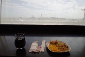 飛行機を眺めながら食事ができる