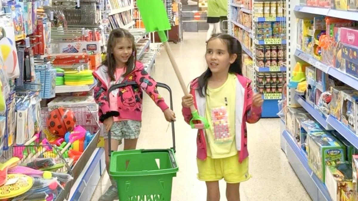 家族で週末旅行⛱キャンプの中のスーパーでお買い物して遊ぶ兄妹