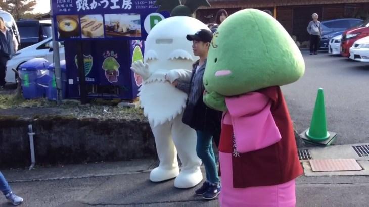 ダイコン爺さん 海外旅行者と記念撮影