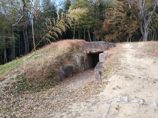 お亀石古墳の全面
