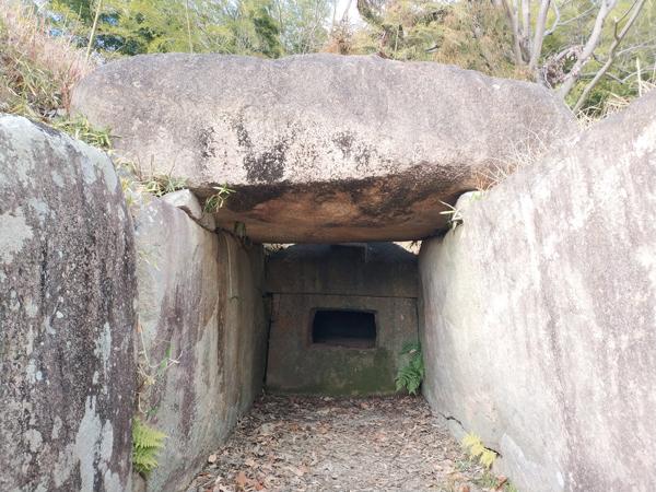 お亀石古墳の石槨内部