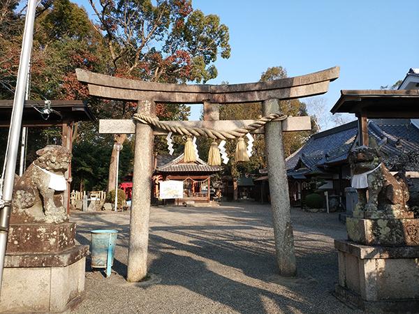 西代神社の鳥居と狛犬