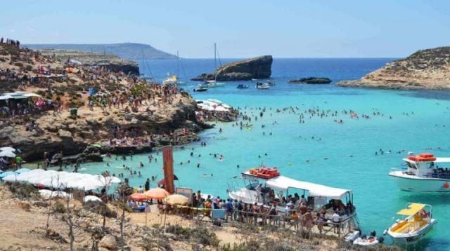Пляж Голубая лагуна в Комино, Мальта