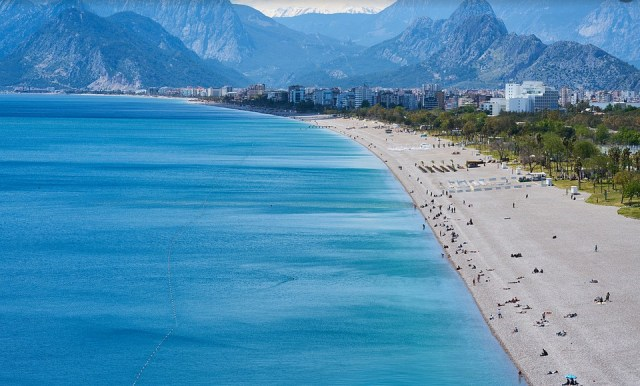 Пляжи Анталии, южное побережье Турции.