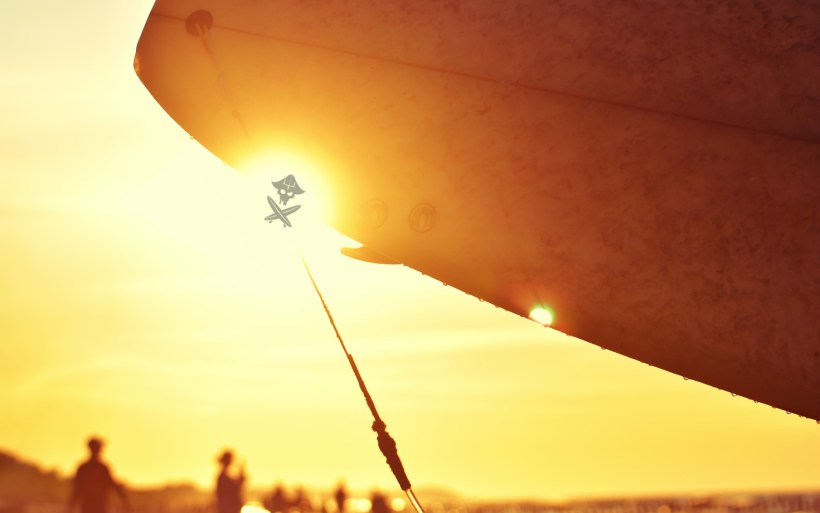 zachód słońca surfer z deską w chałupach