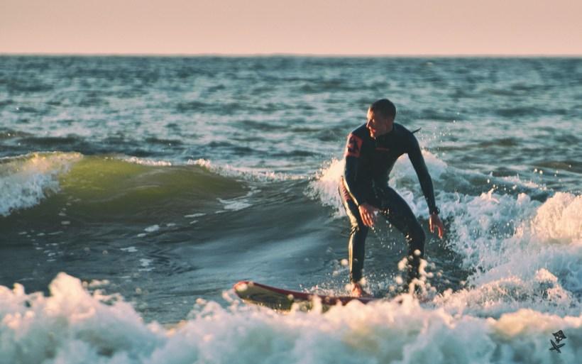 surfer na longboardzie w chalupach bałtyk