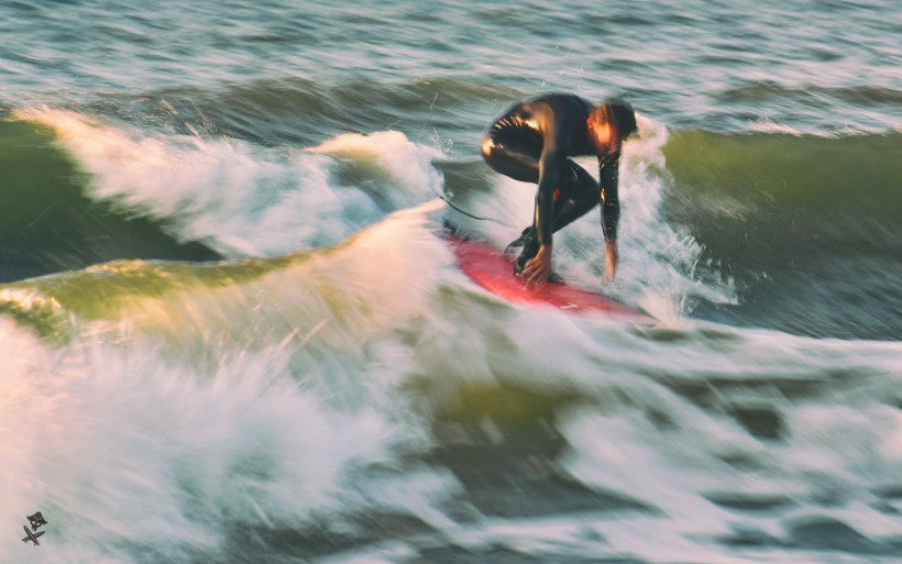 zdjęcie surfera z długim czasem naświetlania polska bałtyk chałupy