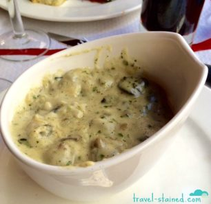Cassolette d'escargots, crème forestière à l'ail (Snails with garlic Forestière Sauce)